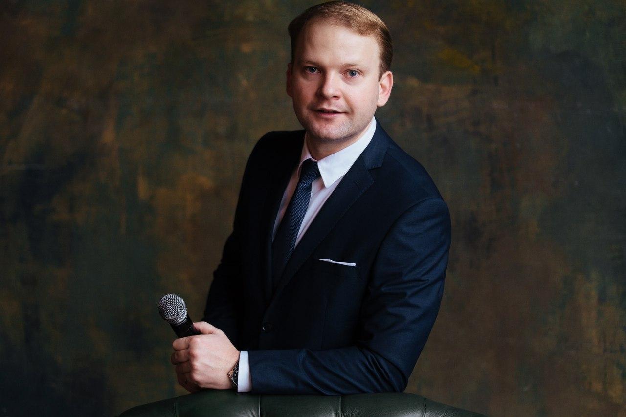 Ведущий Евгений Пузанов
