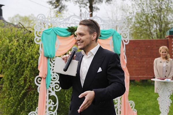 Ведущий Егор Сергеев